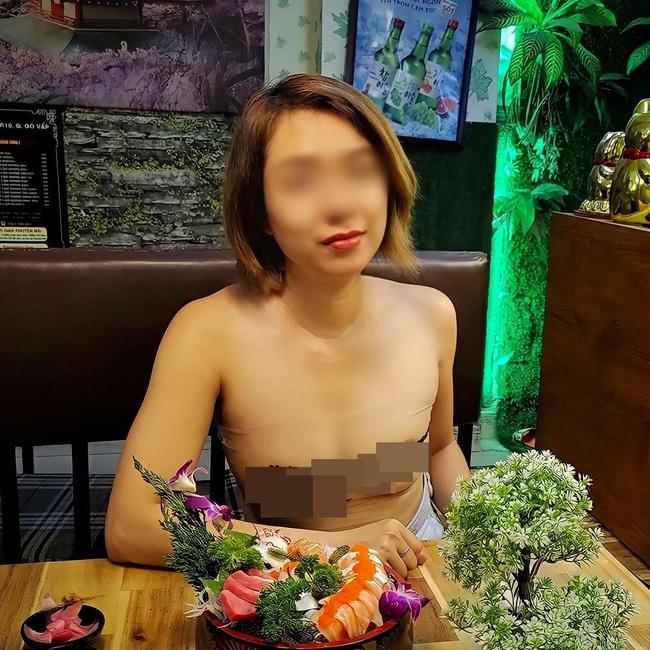 """Người phụ nữ ở Sài Gòn từng gây bão vì để ngực """"trần"""" đưa gia đình đi khắp nơi tiếp tục nhận chỉ trích khi mặc cũng như không đi ăn nhà hàng - Ảnh 2."""