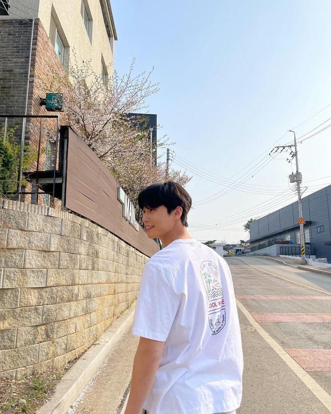 Park Min Young và Park Seo Joon cùng nhau đi ngắm hoa anh đào? - Ảnh 3.