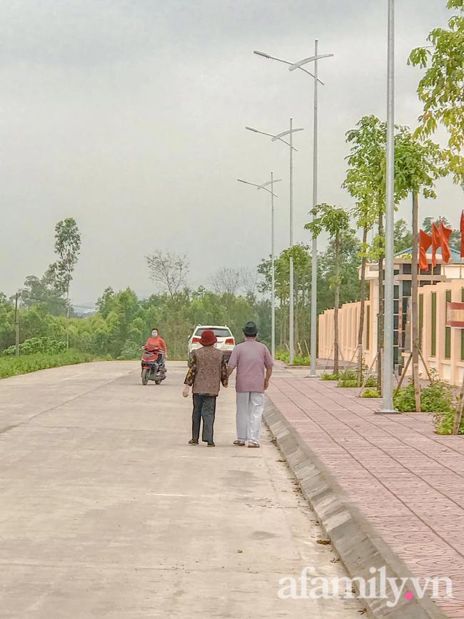Câu chuyện đi làm căn cước công dân của cặp vợ chồng Quảng Ninh bên nhau 61 năm, U90 nhưng luôn đồng hành, sáng sớm dắt tay nhau đi chợ dù cách nhà chỉ 500m - Ảnh 10.