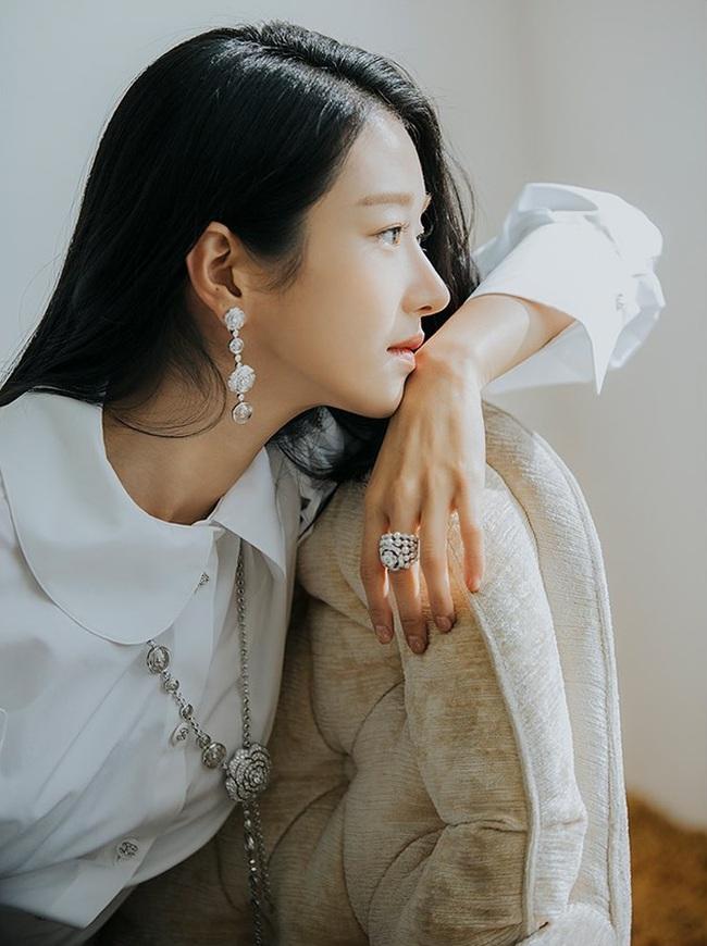 """""""Điên nữ"""" Seo Ye Ji chỉ diện sơ mi trắng basic mà vẫn sang chảnh ngút ngàn, chị em muốn lên đời style thì nên tham khảo - Ảnh 4."""