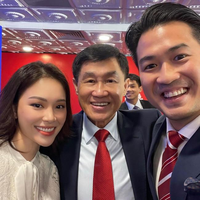 """Linh Rin thân thiết bên bố chồng Hà Tăng - tỷ phú Johnathan Hạnh Nguyễn, vị trí """"nàng dâu hào môn"""" đã gần lắm rồi - Ảnh 2."""