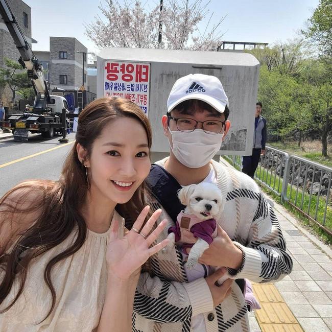 Soi cận nhan sắc ở tuổi 35 của Park Min Young trong hình do người qua đường chụp - Ảnh 1.
