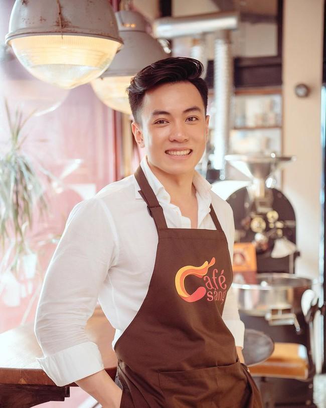 MC nam mới toanh của Cafe sáng với VTV3 là thầy giáo bắn tiếng Anh như gió, ngoại hình lịch lãm chuẩn soái ca khiến hội chị em điêu đứng - Ảnh 2.