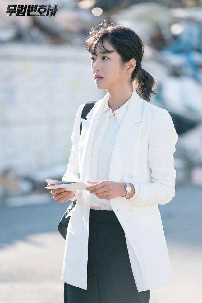 """""""Điên nữ"""" Seo Ye Ji chỉ diện sơ mi trắng basic mà vẫn sang chảnh ngút ngàn, chị em muốn lên đời style thì nên tham khảo - Ảnh 6."""
