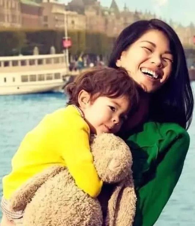 """""""Siêu mẫu xấu nhất Trung Quốc"""" kết hôn sinh và con trai, nhìn ngoại hình bé ai cũng xuýt xoa - Ảnh 3."""