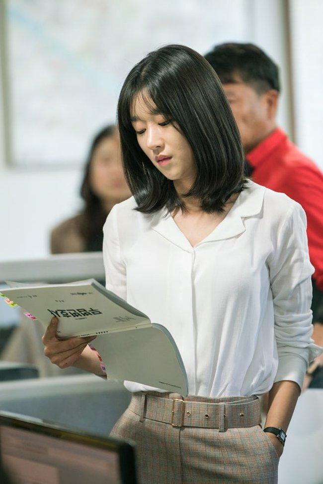 """""""Điên nữ"""" Seo Ye Ji chỉ diện sơ mi trắng basic mà vẫn sang chảnh ngút ngàn, chị em muốn lên đời style thì nên tham khảo - Ảnh 5."""