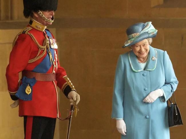 """Bức hình ấn tượng Nữ hoàng Anh """"cười khúc khích"""" với chồng đang được dân mạng lan truyền nhanh chóng và lý do phía sau mới thật bất ngờ - Ảnh 1."""