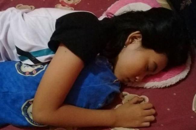 """Quá lo lắng vì con gái 16 tuổi ngủ li bì trong 7 ngày liên tục, bố mẹ """"vác"""" con đi khám rồi sững sờ nghe tin con mắc phải hội chứng """"Công chúa ngủ trong rừng"""" - Ảnh 2."""