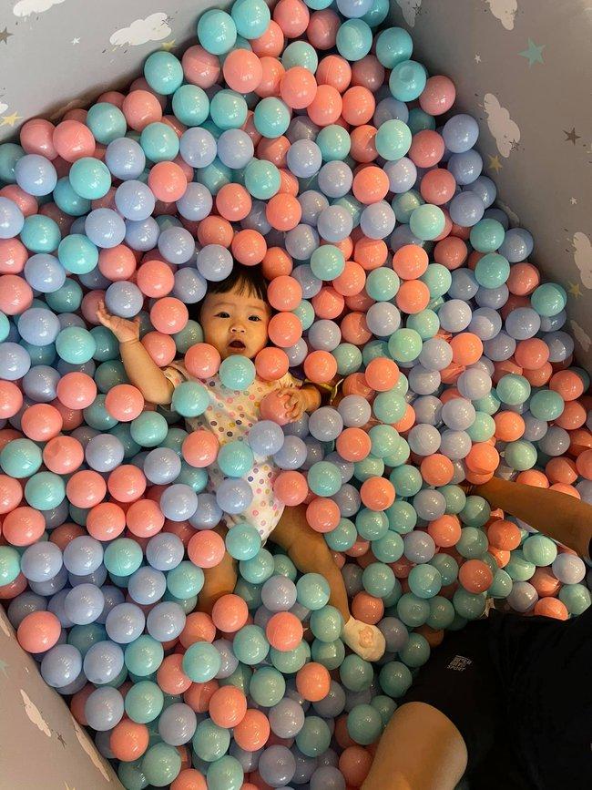 """Biểu cảm """"cưng xỉu"""" của con gái Cường Đô La khi được mẹ cho chơi nhà bóng - Ảnh 2."""