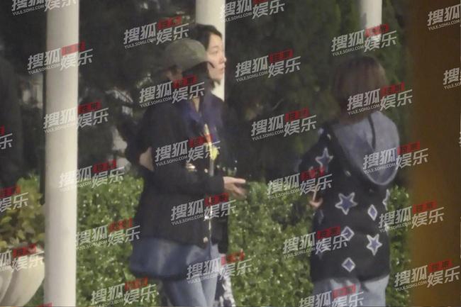 Triệu Vy bị bắt gặp trong tình trạng say rượu, ôm chặt đàn em nữ không rời - Ảnh 1.