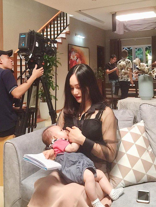 """Khoe ảnh cho con bú, Hòa Minzy trông rõ khổ, một người khiến dân mạng thốt lên: """"Cho con bú thôi chị có cần phải đẹp thế không?"""" - Ảnh 6."""