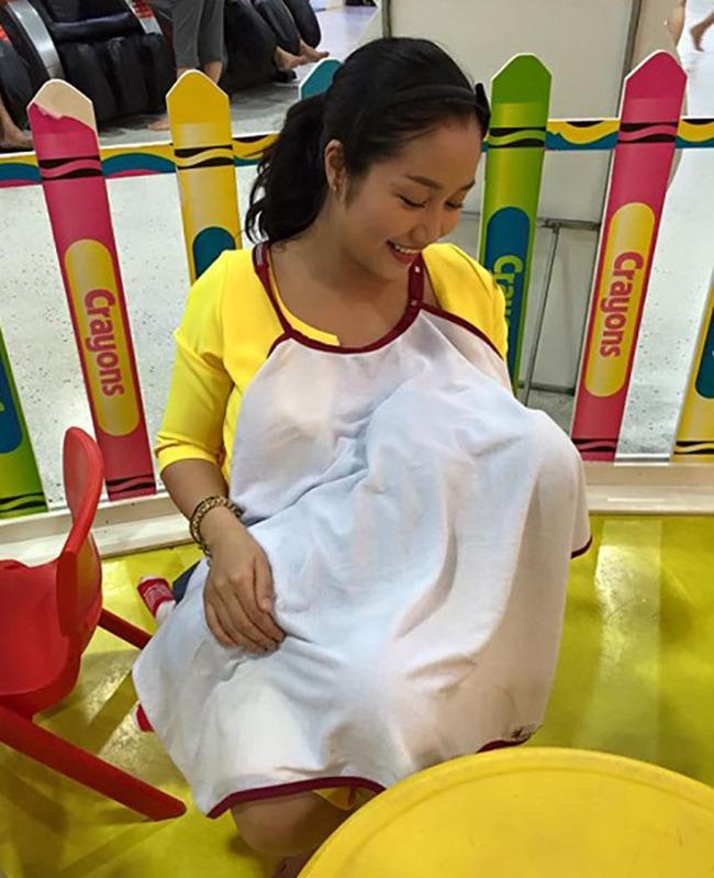 """Khoe ảnh cho con bú, Hòa Minzy trông rõ khổ, một người khiến dân mạng thốt lên: """"Cho con bú thôi chị có cần phải đẹp thế không?"""" - Ảnh 15."""