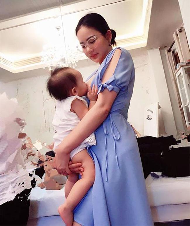 """Khoe ảnh cho con bú, Hòa Minzy trông rõ khổ, một người khiến dân mạng thốt lên: """"Cho con bú thôi chị có cần phải đẹp thế không?"""" - Ảnh 4."""