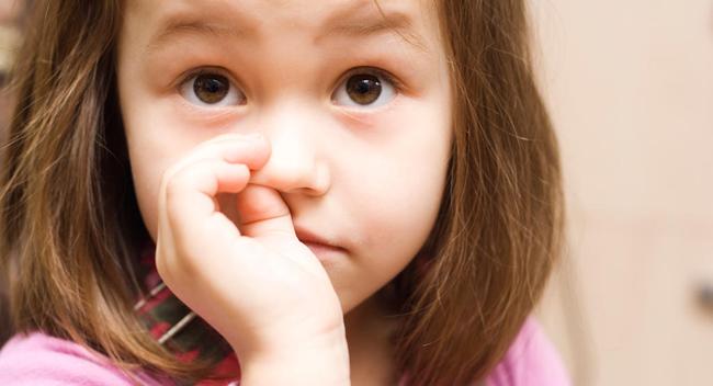 Bé gái thường xuyên ngoáy mũi, cha mẹ để mặc không ngăn cản, chuyên gia chỉ ra 2 hậu quả khó lường, ảnh hưởng đến cả học tập sau này - Ảnh 2.