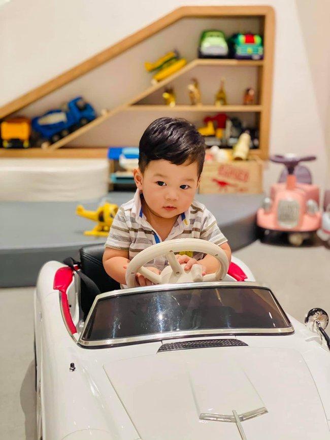 """Con trai Đặng Thu Thảo đi ô tô điện cũng phải loại đắt mới chịu, sớm muộn cũng thành thiếu gia mê xe """"đốn tim"""" chị em cho coi - Ảnh 1."""