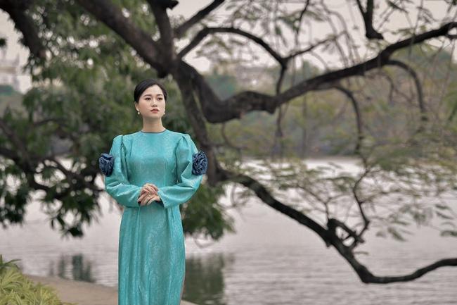 Khác với hình ảnh hài hước trên sân khấu, Lâm Vỹ Dạ lại dịu dàng bất ngờ khi diện áo dài  - Ảnh 1.