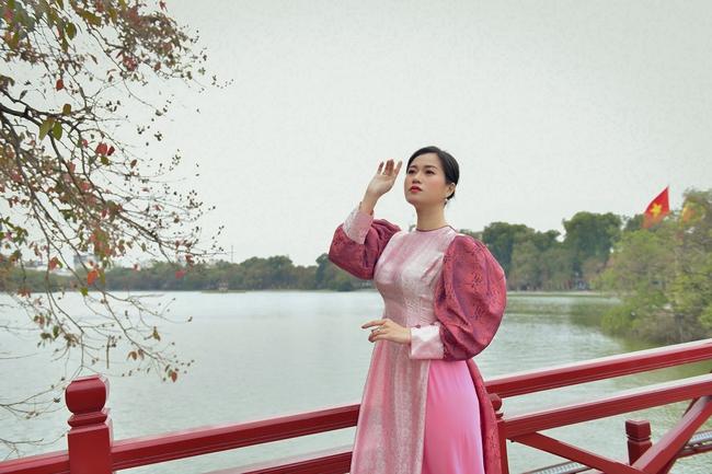 Khác với hình ảnh hài hước trên sân khấu, Lâm Vỹ Dạ lại dịu dàng bất ngờ khi diện áo dài  - Ảnh 4.