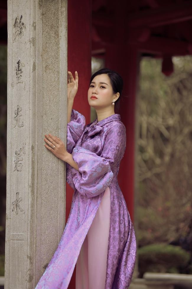 Khác với hình ảnh hài hước trên sân khấu, Lâm Vỹ Dạ lại dịu dàng bất ngờ khi diện áo dài  - Ảnh 5.