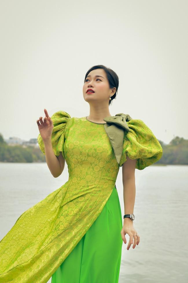 Khác với hình ảnh hài hước trên sân khấu, Lâm Vỹ Dạ lại dịu dàng bất ngờ khi diện áo dài  - Ảnh 3.