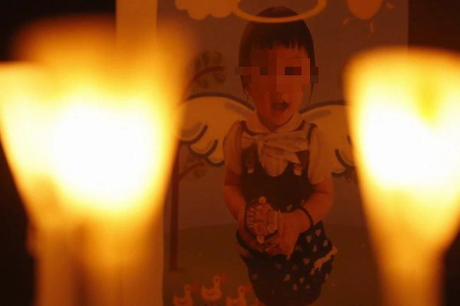 Bé gái 5 tuổi bị bố và mẹ kế bạo hành đến chết: Bị ném lên trần nhà, cơ thể kiệt quệ như người già, chết cũng không được no bụng - Ảnh 2.