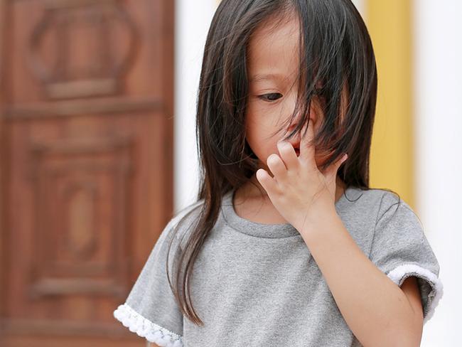 Bé gái thường xuyên ngoáy mũi, cha mẹ để mặc không ngăn cản, chuyên gia chỉ ra 2 hậu quả khó lường, ảnh hưởng đến cả học tập sau này - Ảnh 1.
