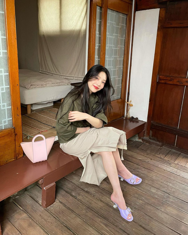 Chị em rất nên học Joy (Red Velvet) cách diện chân váy không chỉ sang chảnh mà còn hack được vài tuổi - Ảnh 1.
