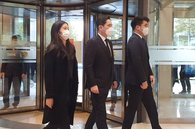 """Cháu gái gia tộc Samsung lộ diện đã lập tức """"gây bão"""" MXH với diện mạo thanh thuần nhưng chiếm trọn spotlight lại là bộ quần áo của cô bé - Ảnh 4."""