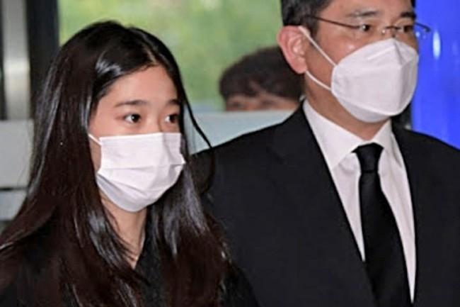 """Cháu gái gia tộc Samsung lộ diện đã lập tức """"gây bão"""" MXH với diện mạo thanh thuần nhưng chiếm trọn spotlight lại là bộ quần áo của cô bé - Ảnh 5."""