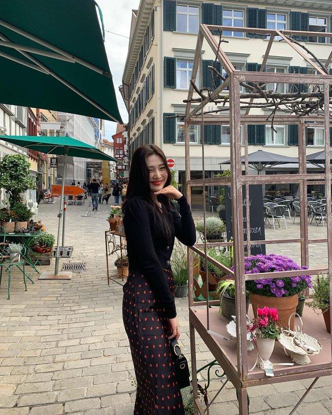 Chị em rất nên học Joy (Red Velvet) cách diện chân váy không chỉ sang chảnh mà còn hack được vài tuổi - Ảnh 9.