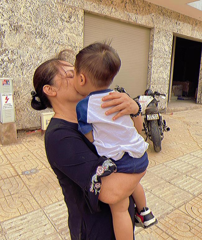 """Sau bức ảnh cho con bú trông rõ khổ, Hòa Minzy quyết định cai sữa cho cậu ấm, tiết lộ """"đi cày"""" kiếm tiền chỉ để làm việc này chứ không phải nuôi con - Ảnh 4."""