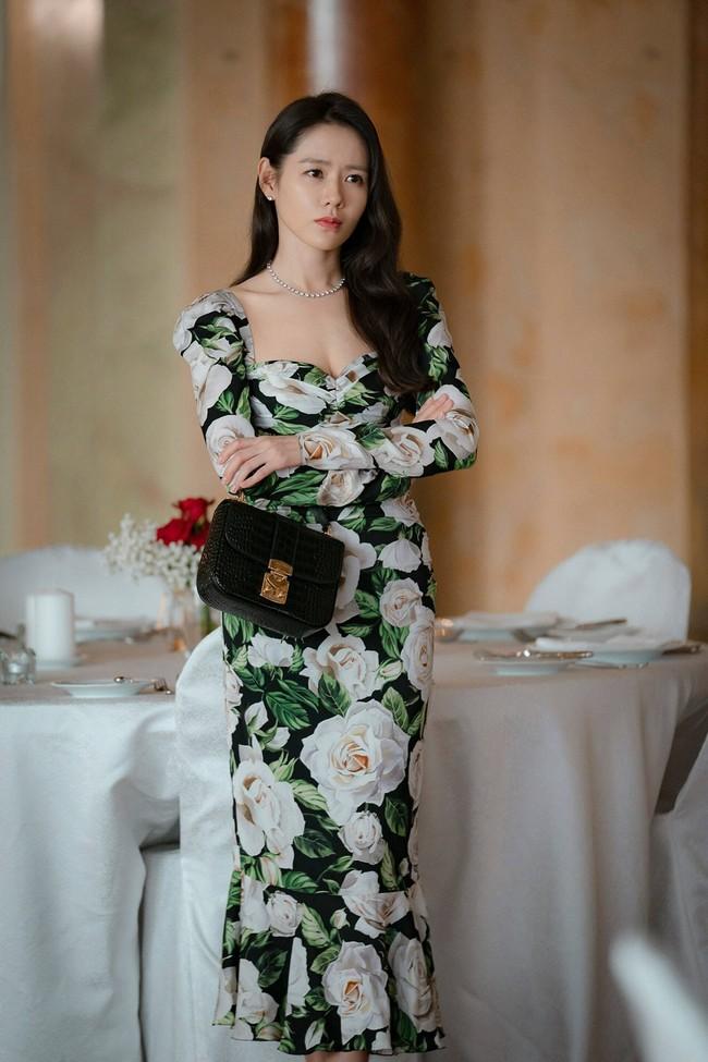 Từ trong phim ra ngoài đời, Son Ye Jin đều tích cực diện một mẫu váy siêu xinh tươi và trẻ trung - Ảnh 8.