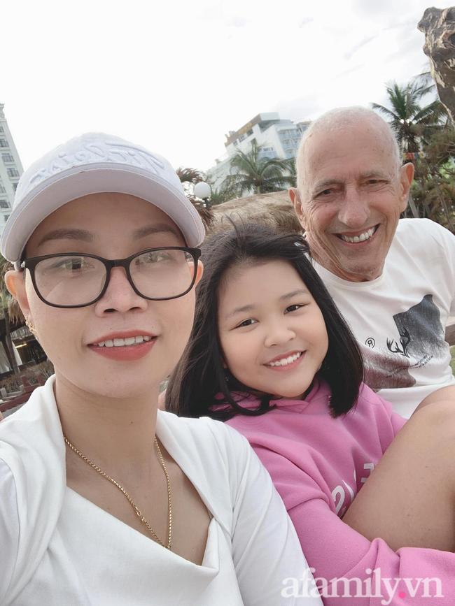 Chuyện tình của cặp đôi gái Việt cưới chồng Mỹ hơn 37 tuổi: Chú rể ung thư, cô dâu cạo trọc đầu trước ngày chụp ảnh khiến người đàn ông khóc ngay tại chỗ! - Ảnh 2.