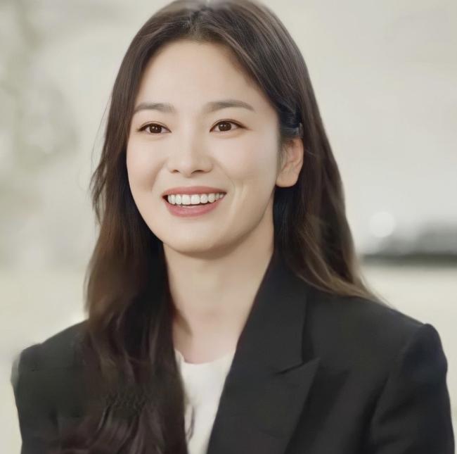 """Nhan sắc của Song Hye Kyo được so sánh giống với """"bạn gái"""" của Song Joong Ki: Như hai chị em sinh đôi? - Ảnh 2."""