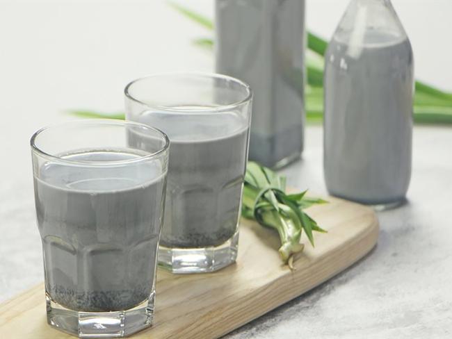 Có một loại sữa hạt đen sì nhưng nếu uống hàng ngày, da dẻ chị em sẽ hồng hào lên trông thấy, lại còn hỗ trợ giảm cân nữa chứ! - Ảnh 1.