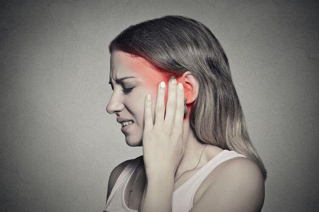 Người phụ nữ bị nghẹt tai, tưởng là ráy tai nhưng lại được chẩn đoán mắc ung thư - Ảnh 1.