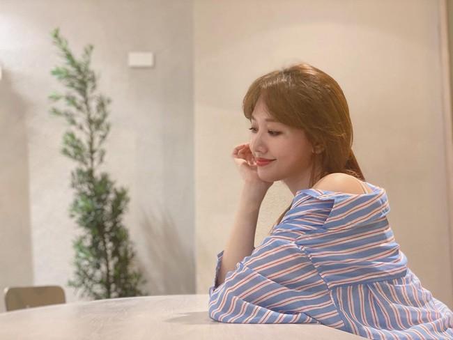 Đáng nhẽ Hari Won nên mặc áo sơ mi nhiều hơn vì lần nào diện trông cô cũng trẻ đẹp hết cỡ - Ảnh 1.