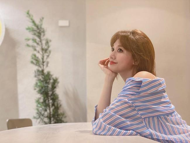 Đáng nhẽ Hari Won nên mặc áo sơ mi nhiều hơn vì lần nào diện trông cô cũng trẻ đẹp hết cỡ - Ảnh 2.