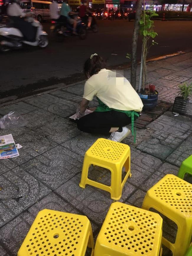 Cô con gái vô tư đi vệ sinh trước cửa hàng ăn, cách xử lý của bố mẹ sau đó khiến cả nhân viên lẫn cư dân mạng bức xúc cực độ - Ảnh 2.