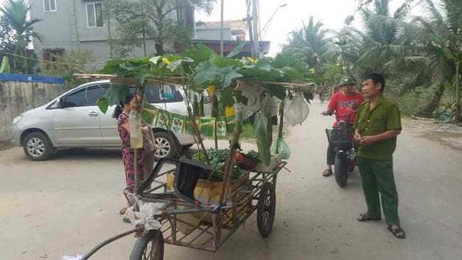 Người đàn ông Hải Phòng gây sốt khi kéo cả dàn cây trĩu quả đi khắp huyện, nhìn ai cũng thấy lạ xúm vào hỏi thì ra là bán mặt hàng này - Ảnh 2.