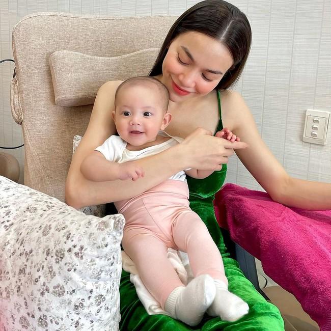 Vẻ mặt thích thú của con gái Hồ Ngọc Hà khi cùng mẹ đi làm đẹp - Ảnh 1.