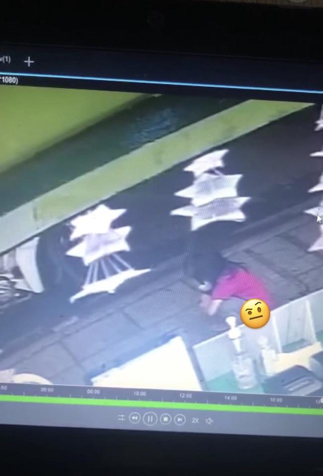 Cô con gái vô tư đi vệ sinh trước cửa hàng ăn, cách xử lý của bố mẹ sau đó khiến cả nhân viên lẫn cư dân mạng bức xúc cực độ - Ảnh 1.