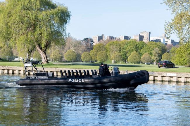 Công tác chuẩn bị cho tang lễ Hoàng tế Philip đang vô cùng khẩn trương: Cảnh sát an ninh chui hẳn xuống cống để đảm bảo không có sự cố bất ngờ xảy ra - Ảnh 2.