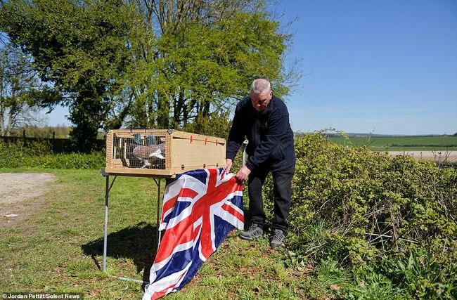 Không được dự trực tiếp, người dân nước Anh thể hiện lòng thành kính với Hoàng tế Philip theo cách riêng của mình, từ ở nhà, sân bóng, cho đến quán rượu - Ảnh 5.