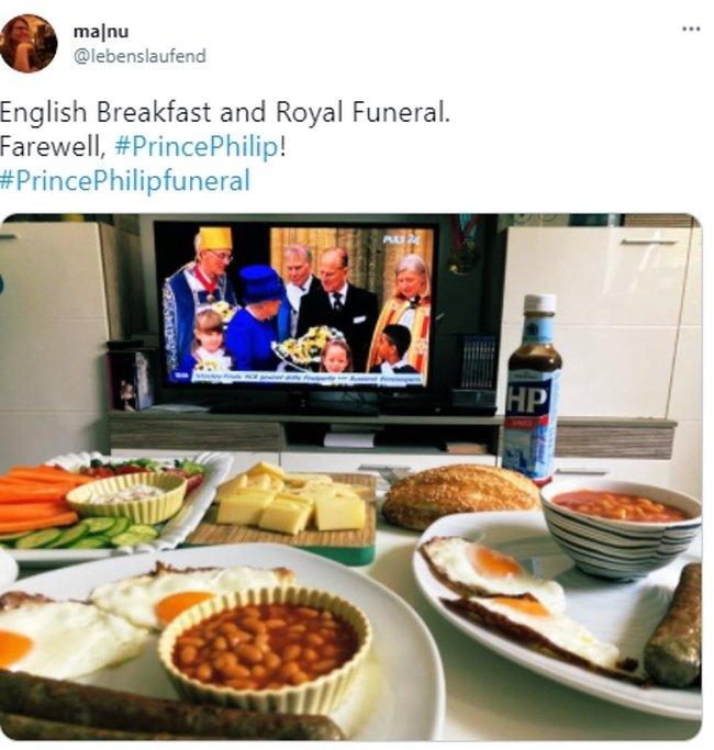 Không được dự trực tiếp, người dân nước Anh thể hiện lòng thành kính với Hoàng tế Philip theo cách riêng của mình, từ ở nhà, sân bóng, cho đến quán rượu - Ảnh 2.