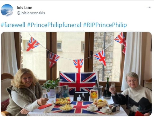 Không được dự trực tiếp, người dân nước Anh thể hiện lòng thành kính với Hoàng tế Philip theo cách riêng của mình, từ ở nhà, sân bóng, cho đến quán rượu - Ảnh 1.