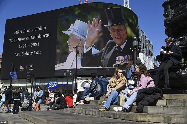 Không được dự trực tiếp, người dân nước Anh thể hiện lòng thành kính với Hoàng tế Philip theo cách riêng của mình, từ ở nhà, sân bóng, cho đến quán rượu - Ảnh 7.