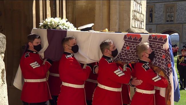 Nữ hoàng Anh rơi nước mắt, ngồi một mình trong tang lễ tiễn người bạn đời 73 năm về nơi an nghỉ cuối cùng - Ảnh 1.