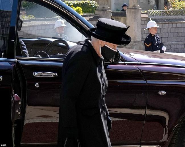Nữ hoàng Anh rơi nước mắt, ngồi một mình trong tang lễ tiễn người bạn đời 73 năm về nơi an nghỉ cuối cùng - Ảnh 4.
