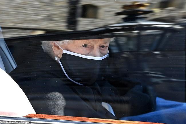 Nữ hoàng Anh rơi nước mắt, ngồi một mình trong tang lễ tiễn người bạn đời 73 năm về nơi an nghỉ cuối cùng - Ảnh 3.