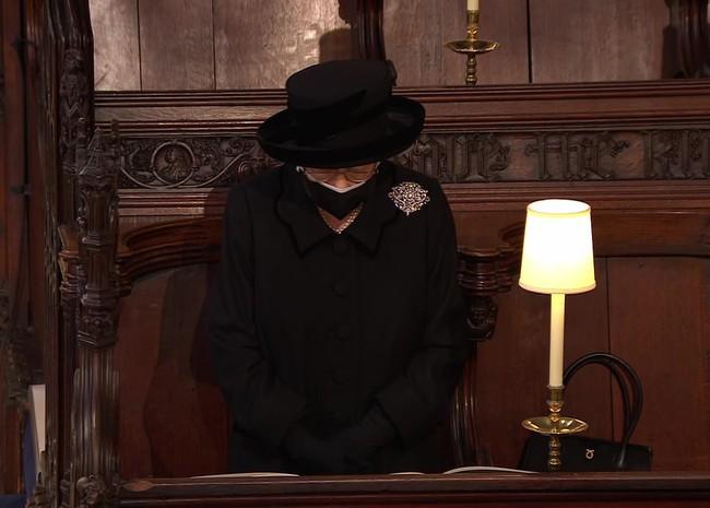 Nữ hoàng Anh rơi nước mắt, ngồi một mình trong tang lễ tiễn người bạn đời 73 năm về nơi an nghỉ cuối cùng - Ảnh 8.